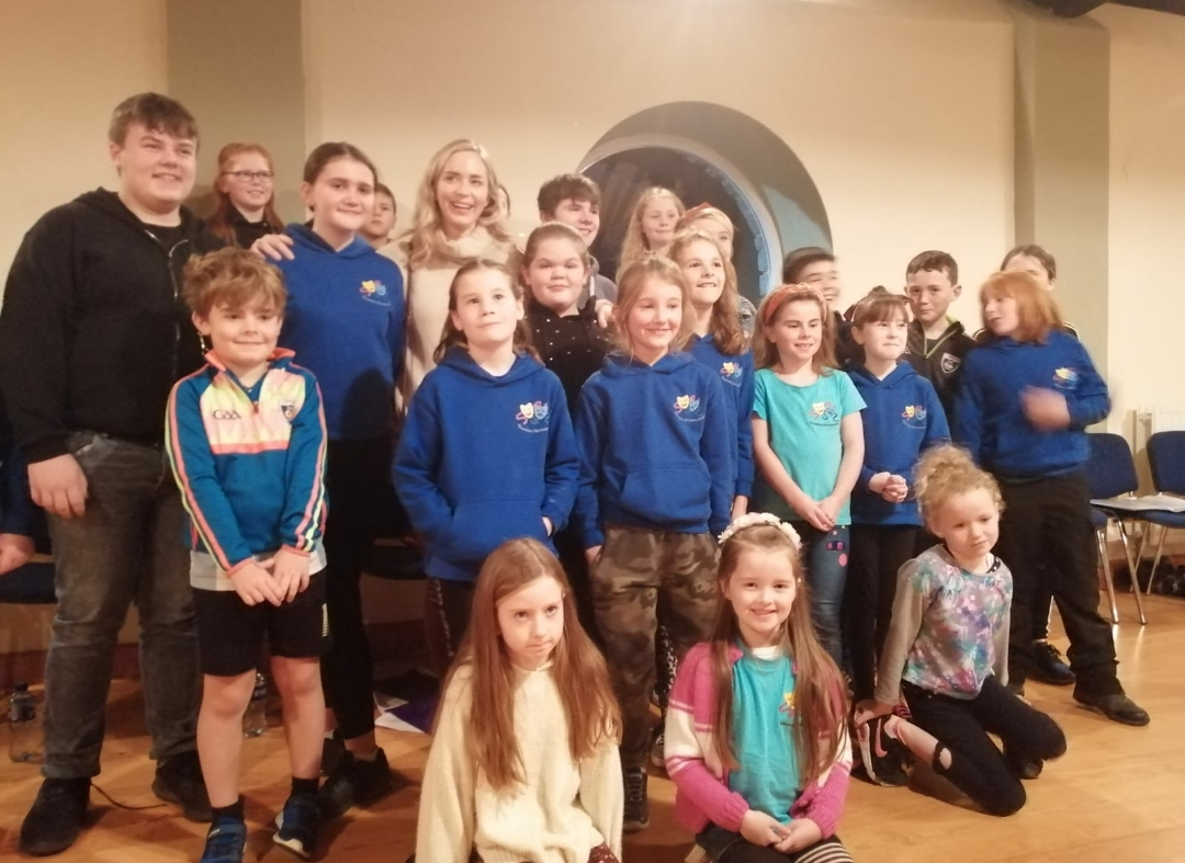 Emily Blunt pictured with members of the Kilmoremoy Kids Drama Group in Ballina.